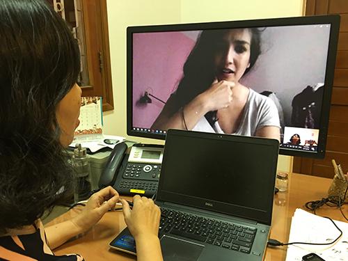 Đạo diễn Caroline Guiela Nguyen trong buổi phỏng vấn qua mạng thực hiện tại Tổng lãnh sự quán Pháp ở TP HCM ngày7/9. Ảnh: Hạnh Phạm.