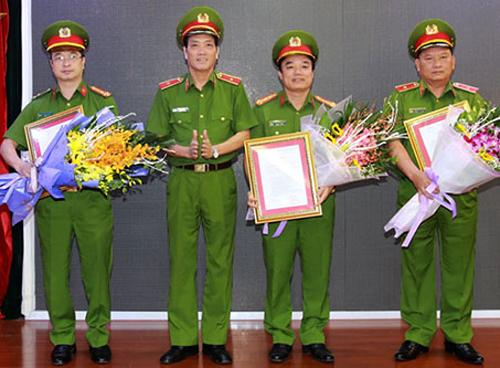 Lãnh đạo Cục Cảnh sát PCCC nhận quyết định của Bộ Công an.Ảnh: Cổng TTĐT Chính phủ