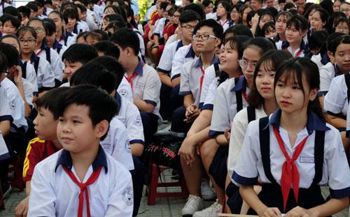 Học sinh trung học tại TP HCM trong lễ khai giảng năm học mới. Ảnh: Mạnh Tùng.