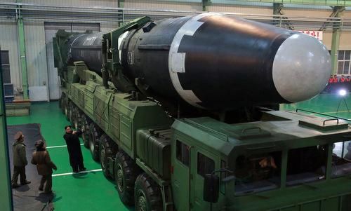 Lãnh đạo Triều Tiên kiểm tra tên lửa Hwasong-15 tại nhà máy Pyongsong. Ảnh: KCNA.