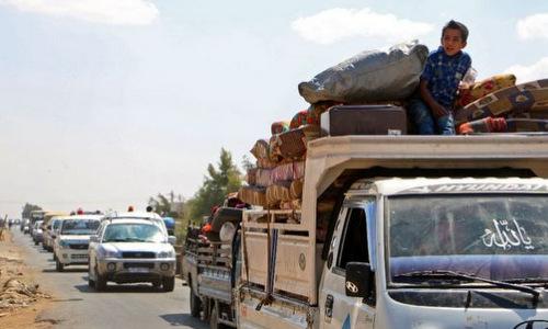 Các đoàn xe chở người sơ tán khỏi Idlib hồi đầu tháng 9. Ảnh: AFP.