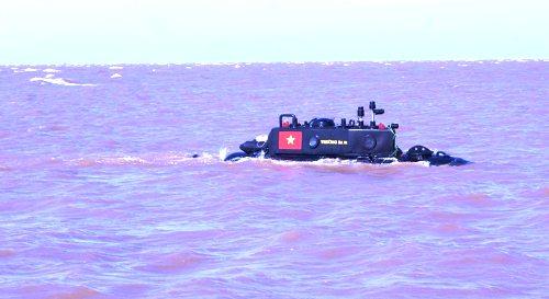 Tàu ngầm Trường Sa 01- phiên bản tàu ngầm đầu tiên do doanh nhân, kỹ sư Nguyễn Quốc Hòa chế tạo chạy thử nghiệm trên vùng biển Thái Bình vào năm 2013.