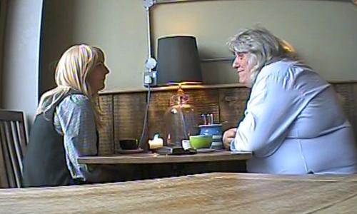Người đàn ông tên Tom (phải) đang trao đổi với nữ phóng viên cải trang thành khách thuê trọ của BBCở thành phố Bristol, Anh. Ảnh: BBC