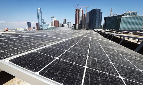 Ngày càng nhiều thành phố lớn lựa chọn sử dụng năng lượng sạch để bảo vệ môi trường. Ảnh: AFP.