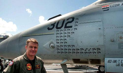Thiếu tá Mike Tremel bên chiếc tiêm kích F/A-18 Super Hornet của mình. Ảnh: US Navy.