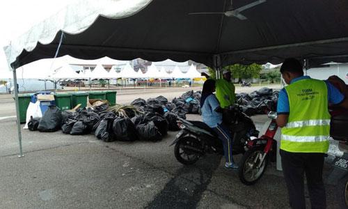Binh sĩ Malaysia phải dọn dẹp và đưa rác về nơi tập kết sau sự kiện. Ảnh: Facebook.