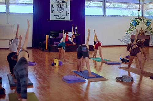 Các học viên luyện tập bên trong trường Agama Yoga. Ảnh: Coconuts Bangkok