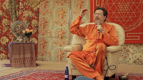 Narcis Tarcau trong một lần thuyết giảng tạitrường Agama Yoga. Ảnh: Coconuts Bangkok