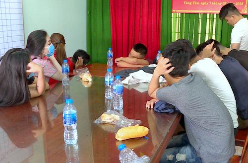 Nhóm thanh niên tại trụ sở công an. Ảnh: Quang Bình