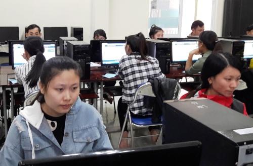 Thí sinh ở tham dự một kì thi tuyển giáo viên ở Quảng Ngãi. Ảnh: Thạch Thảo.