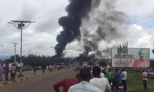 Khói đen bốc lên từ hiện trường vụ nổ xe bồn chở xăng ở bang Nasarawa, phía bắc Nigeria hôm 10/9. Ảnh: Reuters.