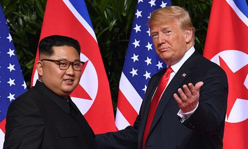 Tổng thống Mỹ Donald Trump (phải) và lãnh đạo Triều Tiên Kim Jong-un tại hội nghị thượng đỉnh ở Singapore hồi tháng 6. Ảnh:AFP.
