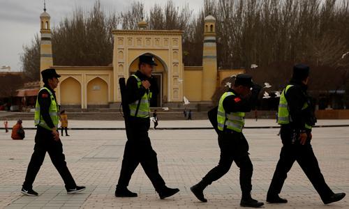 Cảnh sát Trung Quốc tuần tra trước nhà thờ Hồi giáo Id Kah tại thành phố Kashgar, Tân Cương hồi tháng 3/2017. Ảnh: Reurters.