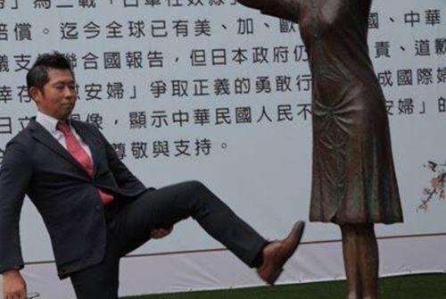 Sumiko Fujimura giơ chân đá vào bức tượng nô lệ tình dục đặt bên ngoài văn phòng Quốc dân đảng ở Đài Loan hôm 8/9. Ảnh:United Daily News.