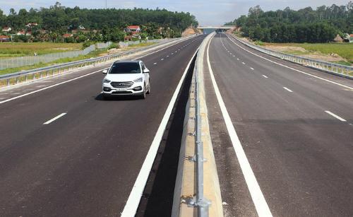 Cao tốc Đà Nẵng - Quảng Ngãi cóquy mô 4 làn xe, chiều rộng nền đường hơn 24 m. Ảnh: Đắc Thành