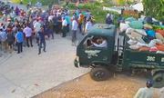Nhiều thanh niên bịt mặt xô đẩy khi người dân chặn xe rác