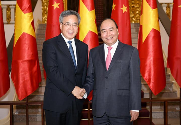 Thủ tướng Nguyễn Xuân Phúc (phải) bắt tay Phó thủ tướng Quốc vụ viện Trung Quốc Hồ Xuân Hoa tại trụ sở Văn phòng Chính phủ hôm nay. Ảnh: Giang Huy.