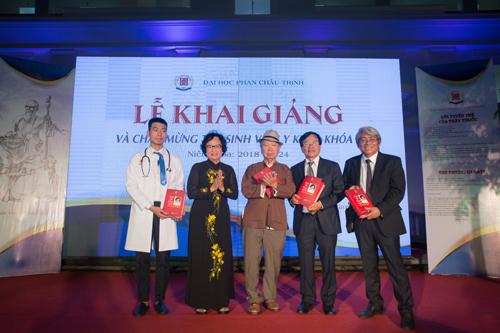 Trường đại học Phan Châu Trinh đã tổ chức lễ khai giảng, chào mừng 32 tân sinh viên y khoa đầu tiên