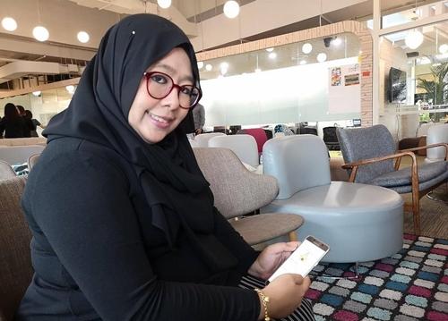 Nur Sooleezaa Saadon, bà mẹ hai con thường sử dụng ứng dụng Moments of Life. Ảnh: CNA.