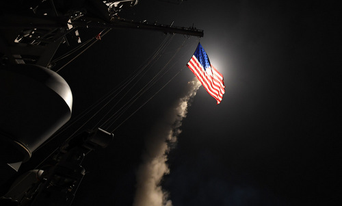Tàu chiến Mỹ phóng tên lửa vào lãnh thổ Syria năm 2017. Ảnh: US Navy.