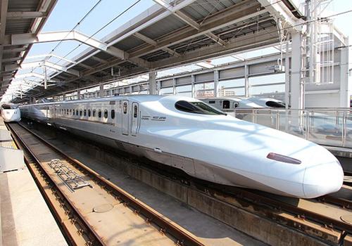 Tàu shinkansen ở Nhật Bản với tốc độ trung bình 300km/h. Ảnh minh họa.