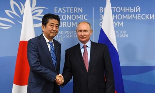 Tổng thống Nga Putin (phải) và Thủ tướng Nhật Shinzo Abe tại Vladivostok ngày 10/9. Ảnh: AFP.