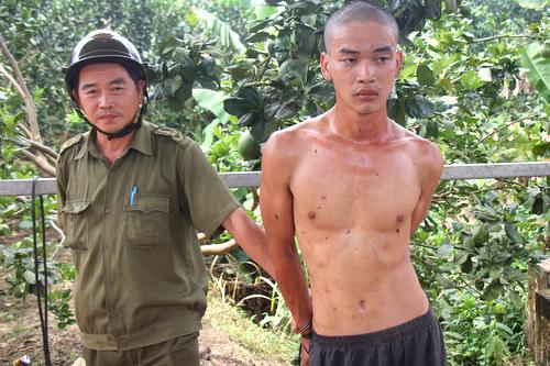 Phong bị công an và người dân xã Sông Xoài khi bị bắt. Ảnh: Nguyễn Khoa