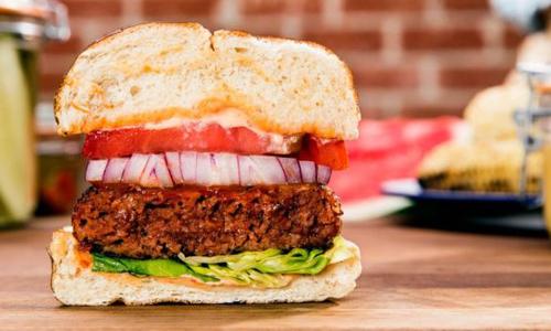 Món burger thịt bò được thêm nước ép củ cải đường khiến chúng có màu sắc giống như thịt bò thật. Ảnh: BBC.