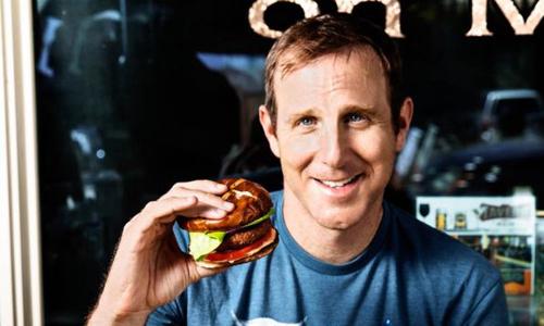 Doanh nhân người Mỹ giới thiệu món bánh kẹp thịt chế biến từ thực vật. Ảnh: BBC.