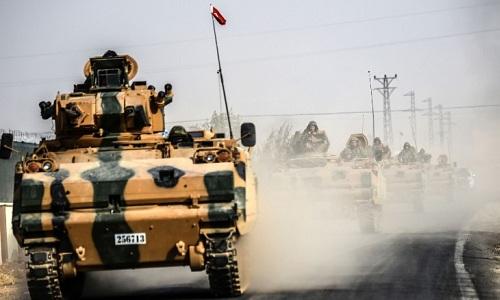 Xe tăng Thổ Nhĩ Kỳ tiến vào khu vực biên giới phía bắc Syria ngày 25/8. Ảnh: CNN.