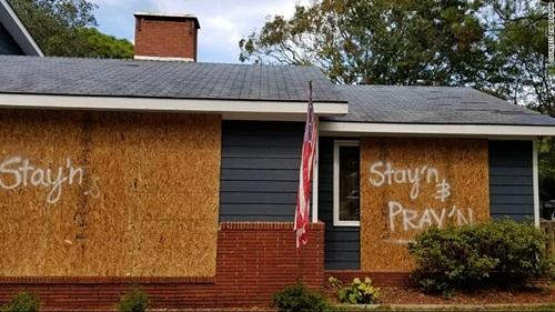 Một hộ gia đình ở Southport ghi thông điệp Ở lại và cầu nguyện bên ngoài nhà trước khi bão Florence đổ bộ. Ảnh: CNN.