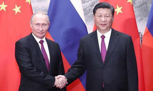 Chủ tịch Trung Quốc Tập Cận Bình (phải) bắt tay Tổng thống Nga Vladimir Putin tại Diễn đàn Kinh tế Phương Đông hôm qua. Ảnh: Xinhua.