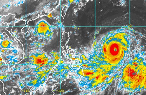 Ảnh mây vệ tinh cơn bão Mangkhut (bên phải) và bão Barijat (phía trên bên trái). Ảnh: vnbaolut.