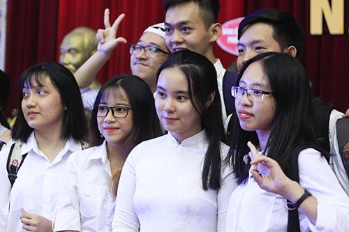 Lê Quỳnh Anh bên các bạn lớp Sư phạm Toán dạy bằng tiếng Anh trong ngày khai giảng. Ảnh: Dương Tâm