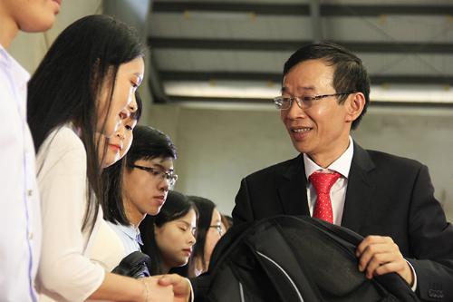 Trong lễ khai giảng, ông Nguyễn Văn Minh trao quà cho tân sinh viên có thành tích xuất sắc. Ảnh: Dương Tâm