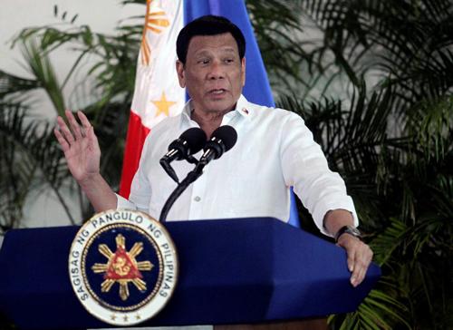 Tổng thống Philippines Rodrigo Duterte phát biểu tại sân bay quốc tế Davao hôm 8/9 sau khi trở về từ chuyến thăm Israel và Jordan. Ảnh: Reuters.