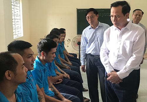 Bộ trưởng Đào Ngọc Dung thăm hỏi các học viên cai nghiện tại cơ sở cai nghiện số 5 Hà Nội. Ảnh: Đ.Loan