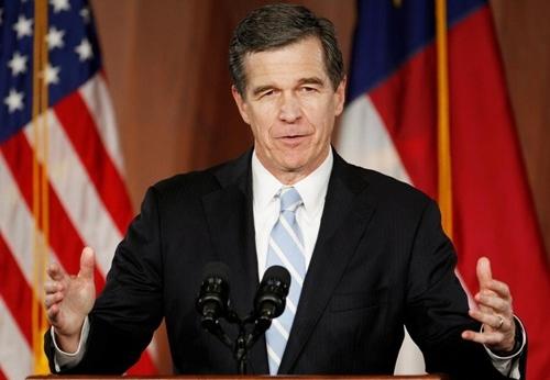 Thống đốc bang Bắc Carolina Roy Cooper phát biểu tại một cuộc mít tinh hồi năm 2016. Ảnh: Reuters.