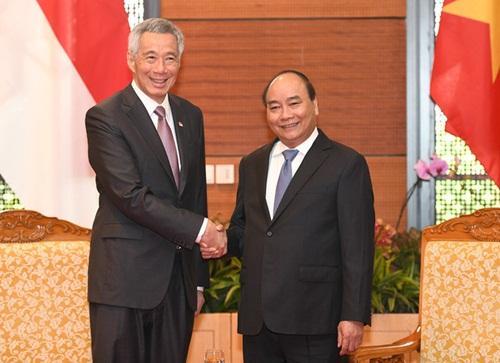 Thủ tướng Nguyễn Xuân Phúc (phải) gặp song phương Thủ tướng Singapore Lý Hiển Long vào sáng nay. Ảnh: Baochinhphu.vn.