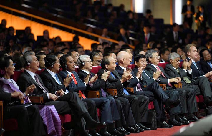 Lãnh đạo cấp cao các nước tham dự phiên khai mạc toàn thể chụp ảnh lưu niệm cùng đại diện WEF. Ảnh: Giang Huy.