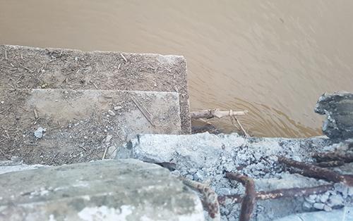 Nhịp cầu số 3 và 4 bị đẩy trượt về hạ lưu khoảng 60 cm. Ảnh: Lam Sơn.