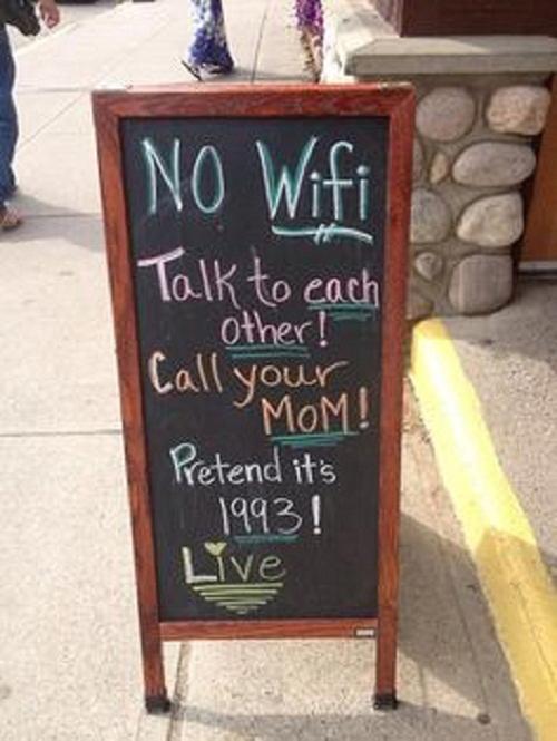 Hãy sống thiết thực hơn đi - Không có wifi, hãy nói chuyện với nhau đi; Gọi cho mẹ đi nào; Xem như mình đang sống ở năm 2993 nhé.