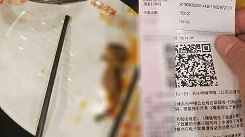 Con chuột chết được lấy ra khỏi nồi lẩu và đặt lên đĩa. Ảnh: Weibo