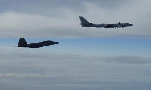F-22 Mỹ trong một lần chặn Tu-95 Nga. Ảnh: NORAD.