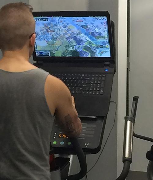 Sự kết hợp giữa tập gym và chơi game.