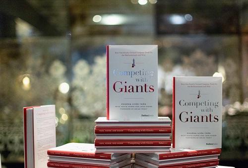Competing with giants (Vượt lên người khổng lồ) xuất bản lần đầu với 20.000 bản in. Ảnh: Forbes.