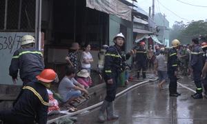 Gần 100 cảnh sát dập lửa tại công ty hoá chất ở Sài Gòn