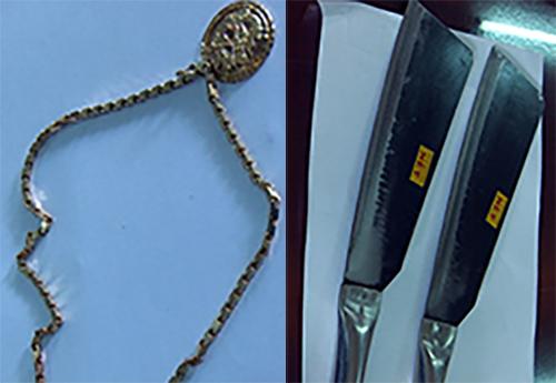 Tang vật và hung khí của hai tên cướpđược cảnh sát thu giữ. Ảnh: Nghiêm Túc