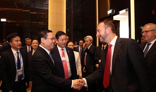 Phó thủ tướng tại buổi đối thoại với 40 Tập đoàn tài chính, công nghệ toàn cầu và 5 doanh nghiệp trong nước. Ảnh: VPG