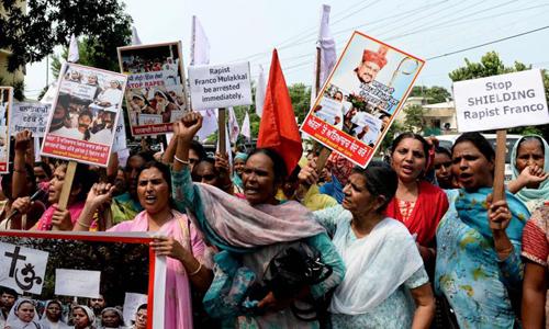 Phụ nữ Ấn Độ biểu tình kêu gọi cảnh sát bắt linh mục Franco Mullackal ở Jalandhar, bang Punjab hôm 12/9. Ảnh: AFP.
